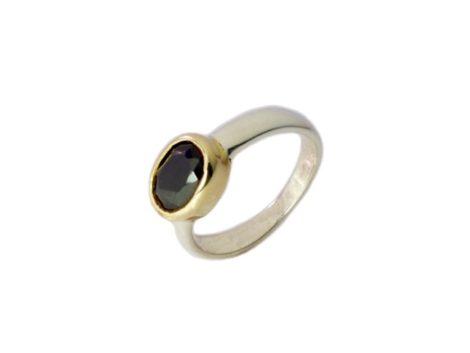 Ovale kleine ring met een zwarte onyx