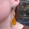Madelief draagt lange oorstekers jade en gele onyx E1384